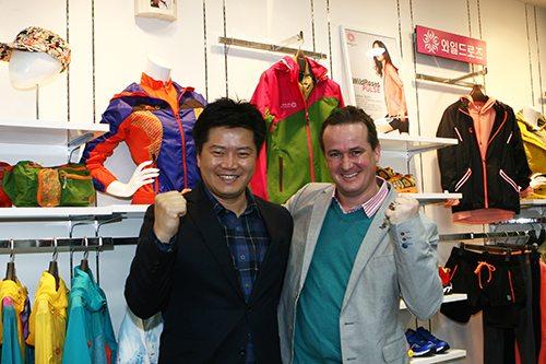 와일드로즈 유지호 사업본부장(왼쪽)과 스위스 본사의 레토 퍼러 사장이 와일드로즈 청계산 매장을 방문했다.