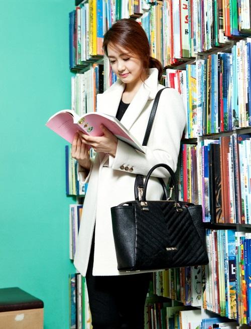 Photo of 독서 삼매경 '이요원', 지적이고 세련된 서점 패션 눈길