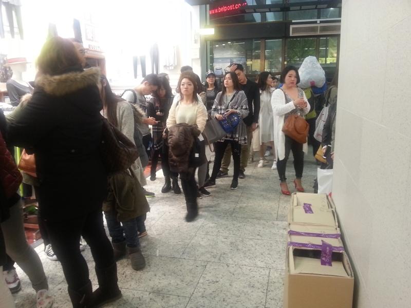 쇼핑몰 문이 열리기를 기다리는 사람들.