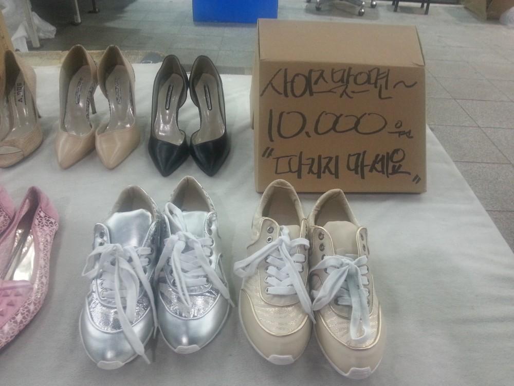 노점에서 팔고 있는 만원짜리 신발들