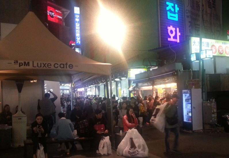도매시장을 찾은 많은 사람들