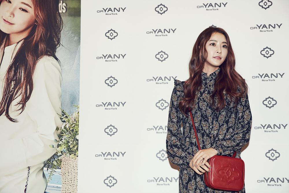 Photo of [DAILY LOOK] 정유미, 레드백으로 포인트