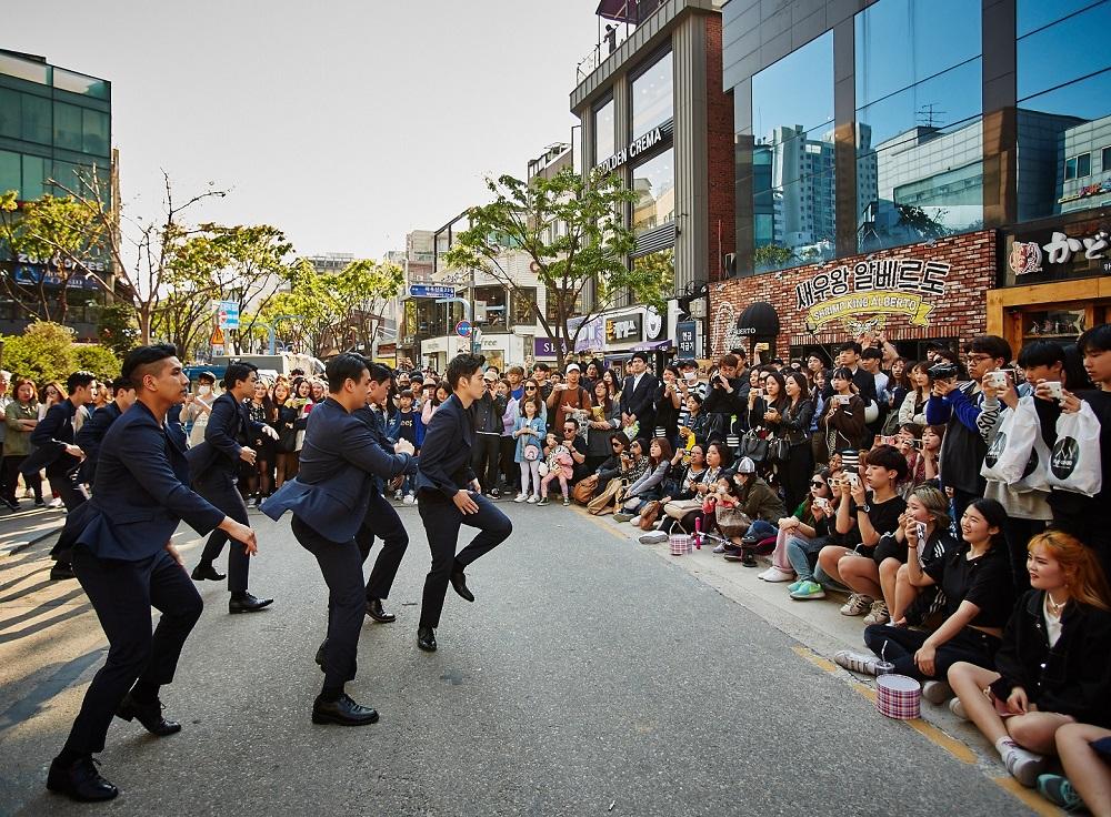 Photo of 로가디스, 저스트절크 즉흥 댄스로 버스킹거리 마비