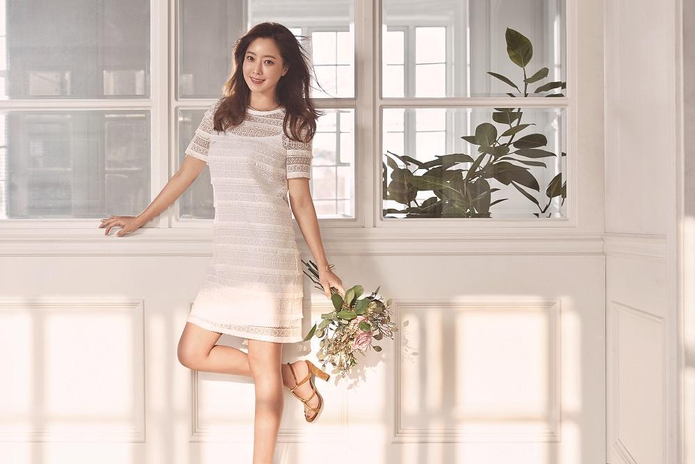 Photo of 김희선, 세월을 비껴간 외모