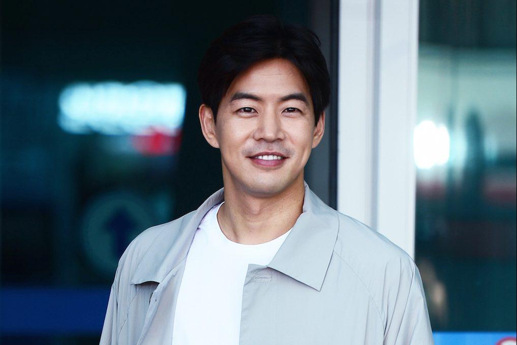 Photo of 이상윤, 여심 저격하는 공항패션…살인 미소는 '보너스'