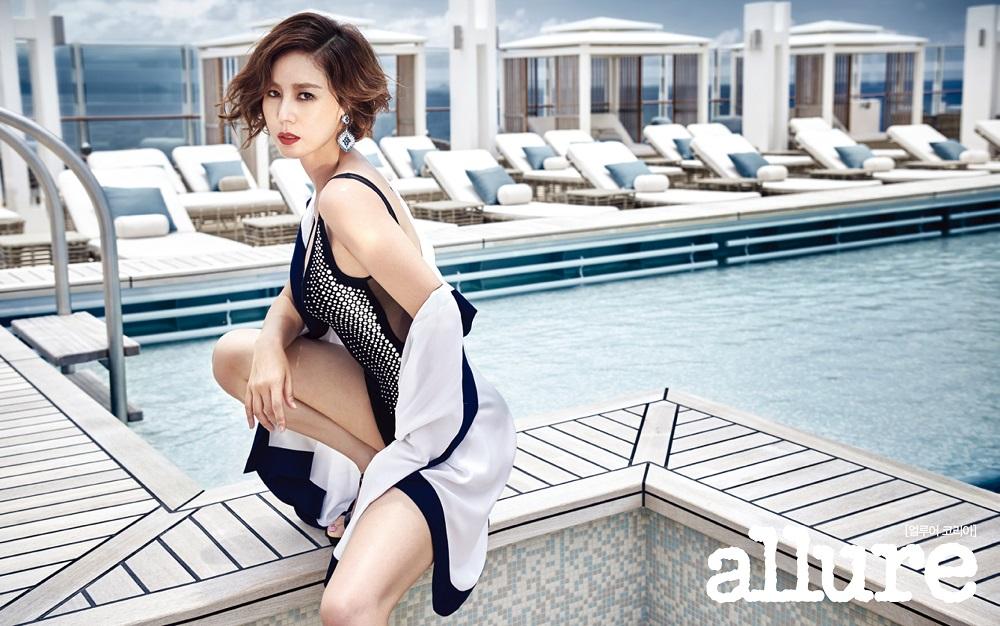 Photo of 배우 김성령, 파격 드레스‧수영복 화보 화제